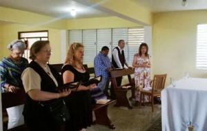 grupo rezando en cen#570C0C